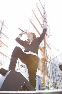 メジャー・デビュー15周年を迎えたGLAY、横浜にてフリー・ライヴを敢行!