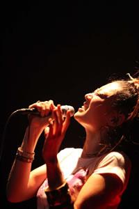 リスペクト・カヴァー・アルバム『MUSICISMAGIC』も好調なLeyona。デビュー10周年ライヴをリポート