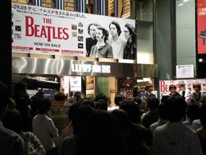 """ザ・ビートルズ""""リマスター盤""""、深夜の初売りに大行列!"""
