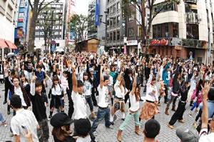 マドンナの新曲を200人のダンサーと共に日本初公開!