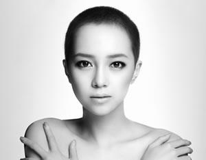 """謎の""""坊主""""女性アーティスト、ICONIQ。ATSUSHI (EXILE) とのコラボ曲が、資生堂「マキアージュ」CM曲に決定"""