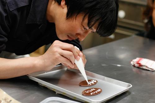 チョコに文字を書くかっこいい堺雅人