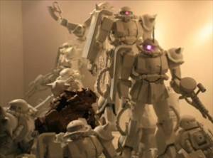 富野由悠季監督の立体作品『ZAKUの夢』が公開!12体のザクと幻のガンダム像