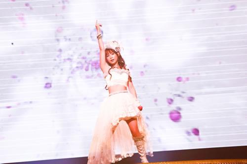 ヘソ出し白ドレスを着た中川翔子