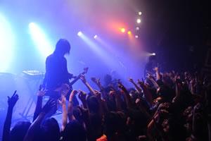 渋谷にレッドカーペット出現! BOOM BOOM SATELLITESが限定ライヴを開催!