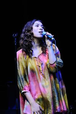 福原美穂、ビルボードライブで世界をつなぐ感動の歌声を披露!