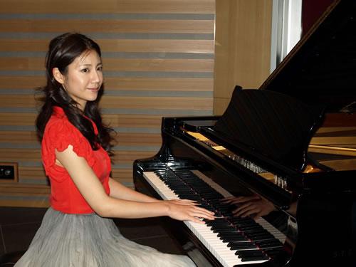 ピアノ弾く松下奈緒