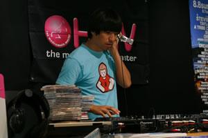 """音楽に感謝を込めたふかわ、""""1日店内DJ""""が大盛況!"""