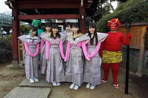 ももいろクローバー、東京・護国寺でミニ・ライヴ&豆まき!