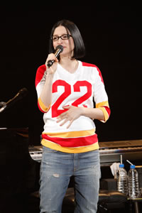 妊娠9ヵ月アンジェラ・アキ、武道館でレディー・ガガ熱唱!