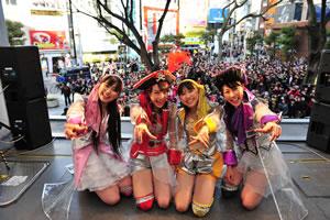 ももいろクローバーZ、大阪・アメ村でゲリラ・ライヴを開催!