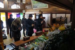GACKT、被災地へ献花に訪れる