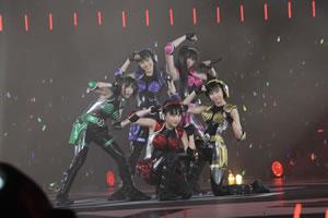 ももいろクローバーZ横浜アリーナ2日目、全角度から見渡せるステージで25曲熱唱!