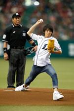 ようかい体操のお兄さん、高野 洸(Dream5)が始球式に登場