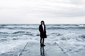ドレスコーズ新曲「スーパー、スーパーサッド」MVは松居大悟が監督