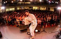 平井 堅が浴衣で新曲を初披露、大阪で納涼イベント開催