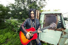 ソウル・フラワー・ユニオンの中川 敬、弾き語りワンマン・ツアー〈生誕半世紀祭〉開催