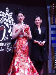 藤あや子、篠原ともえデザインのドレスをイベントで披露 新作は南こうせつプロデュース