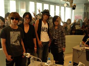 約1年4カ月ぶり! GLAYがメンバー4人でTOKYO FM 渋谷スペイン坂スタジオに登場!