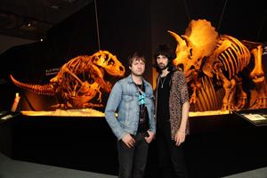 カサビアン、新作『ヴェロキラプトル!』を引っさげて<恐竜博2011>に来襲!