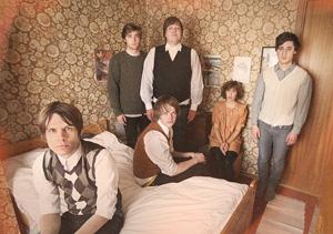 巷で噂の6人組ノルウェー・バンド、チーム・ミーが、ポップで思わず胸キュンな最新ビデオ「ショウ・ミー」公開!
