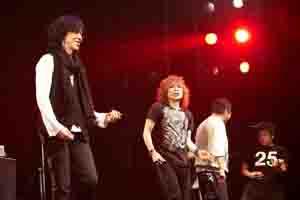 THE YELLOW MONKEY、シングル・リリース・パーティ、元メンバー2人がサプライズで登場!