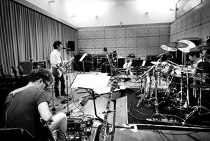 スピッツ2013年リリース予定の新作に向け、遂に始動! レコーディングに向けてのセッション風景を初公開!
