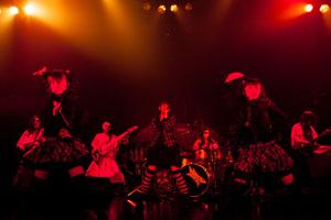 """BABYMETAL、生バンドとの""""修行""""ツアーで7,000人熱狂!2年連続でサマソニ出演も決定!"""