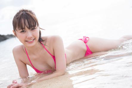 海辺でうつぶせになっている鈴木友菜