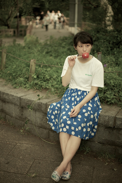 リンゴ飴をなめる水曜日のカンパネラ・コムアイ
