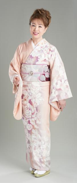 和装ファッション!ピンク×花柄の着物を着る全身の五月みどり