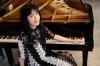 """[インタビュー]<br />人気女性ピアノYouTuberが""""天空""""にまつわる楽曲を弾いた煌めきの新作 朝香智子"""