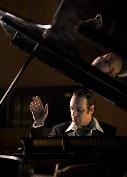 天才音楽家チリー・ゴンザレス、一夜限りの『ソロ・ピアノ II』来日公演決定!
