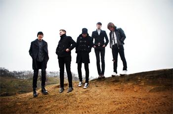 英リーズの5人組ザ・ピジョン・ディテクティヴズ、2年ぶりのアルバム『ウィー・メット・アット・シー』が完成!
