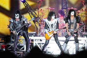 KISS、熱狂のライヴで7年ぶりの日本ツアーを開始!