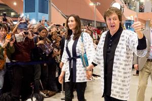 来日公演がスタート! ポール・マッカートニー、関西空港に到着