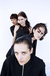 サヴェージズ、2ndアルバム『アドア・ライフ』から「Adore」のミュージック・ビデオを公開