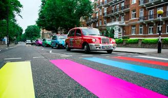 """ザ・ビートルズ『サージェント・ペパーズ』発売から50年、アビイ・ロードの横断歩道が""""サージェント""""カラーに"""