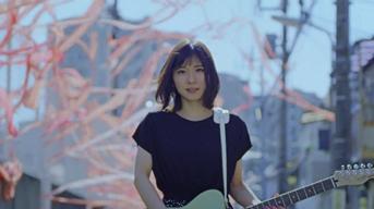 松岡茉優がCharaの書き下ろし&プロデュースで弾き語るCMとMVを公開