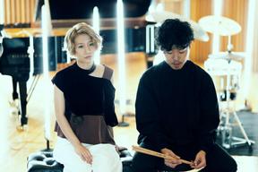 桑原あいと石若 駿がピアノとドラムだけのデュオでアルバムをリリース