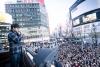 木村拓哉、新宿ペペ広場にサプライズ登場 2,000人の観衆が大騒ぎに